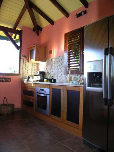 Villa mangotine location villa luxe a deshaies en guadeloupe for Cuisine avec bar americain